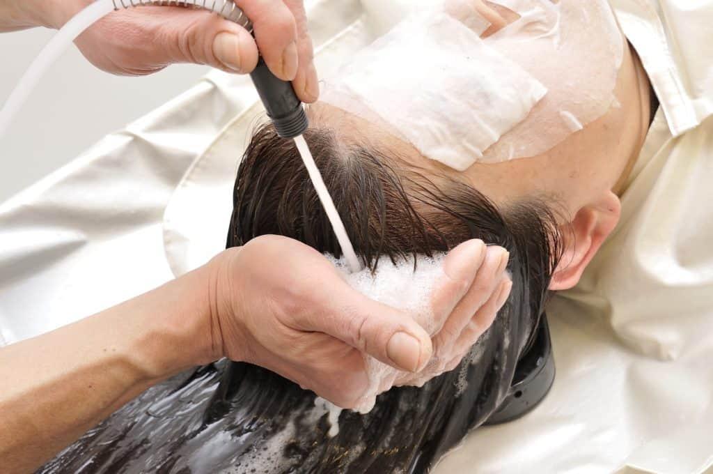 髪の毛を早く伸ばために頭皮を清潔にしている女性