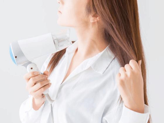 毛先を乾かしている女性