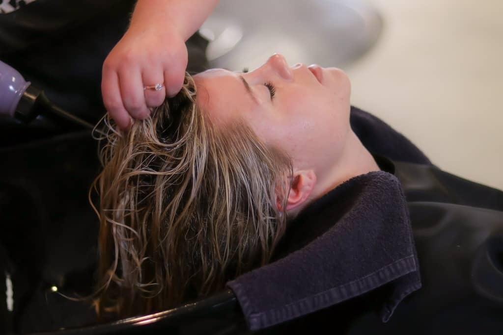 美容院でトリートメントしている女性